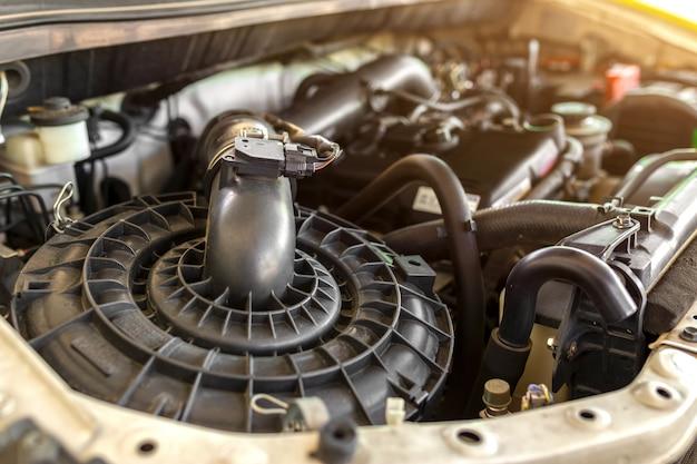 Vista interior do motor de automóveis, incluindo filtro de ar, filtro polido e capa de válvula.