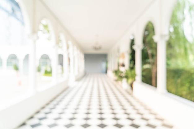 Vista interior turva, olhando em direção ao lobby do escritório vazio e portas de entrada