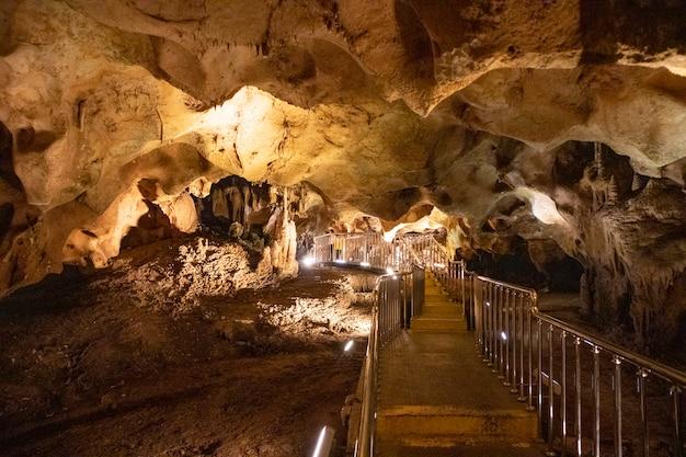 Vista interna da bela caverna taskuyu em tarso, mersin na turquia