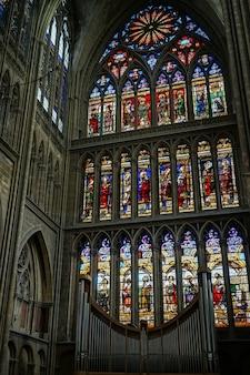 Vista interna da catedral de saint-etienne em metz