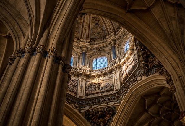 Vista interna da cúpula e dos arcos da nova catedral de salamanca, na espanha