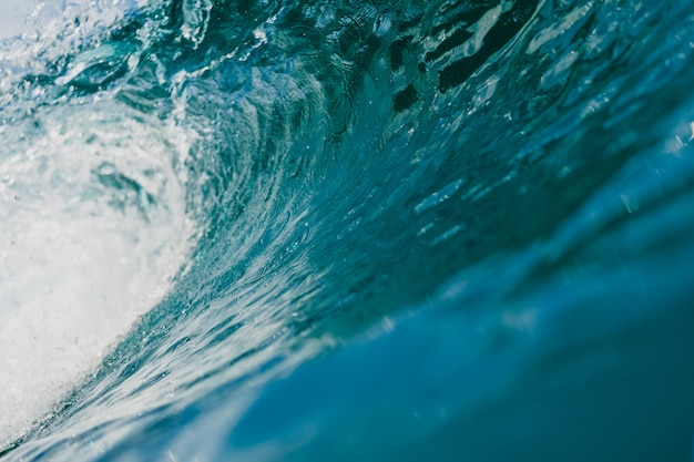 Vista interna da enorme onda quebrando do mar nas ilhas mentawai, indonésia