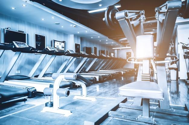 Vista interna de equipamentos modernos de ginástica