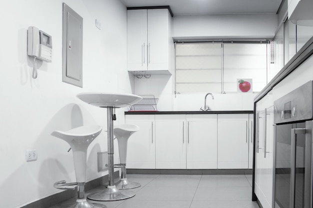 Vista interna de uma cozinha projetada em preto e branco