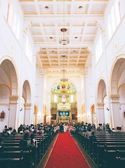 Vista interna de uma igreja durante uma cerimônia de casamento