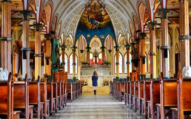 Vista interna de uma igreja