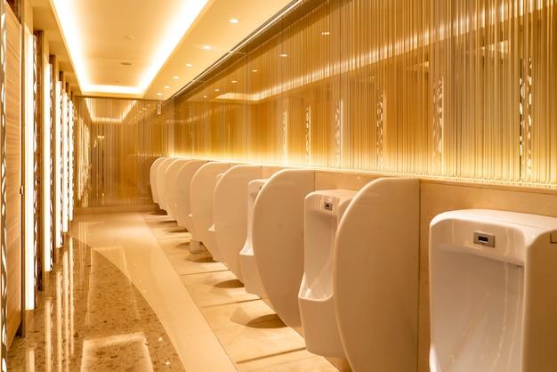 Vista interna do banheiro do shopping e do hotel