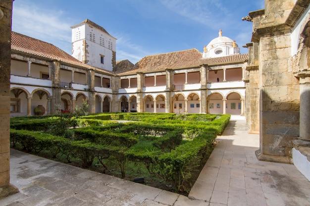 Vista interna do museu histórico bonito de faro, portugal.