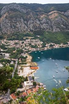 Vista irrealisticamente bela da baía de kotor em um lindo dia de verão em montenegro