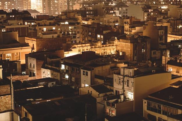 Vista isométrica de telhados de edifícios urbanos à noite