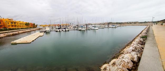 Vista larga do porto colorido maravilhoso da cidade de portimao, portugal.
