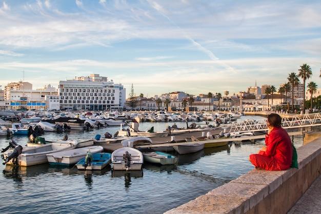 Vista larga do porto situado em faro, portugal.