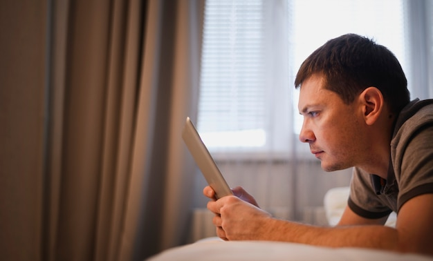 Vista lateral adulto masculino trabalhando em casa