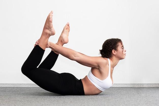 Vista lateral, ajustar, mulher, segurando, dela, pernas