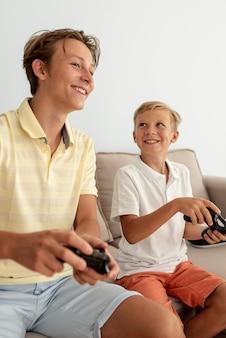 Vista lateral amigos jogando juntos
