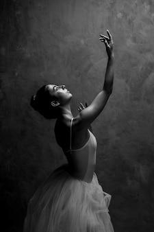 Vista lateral, bailarina, olhar