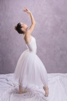 Vista lateral, bailarina, posição pé