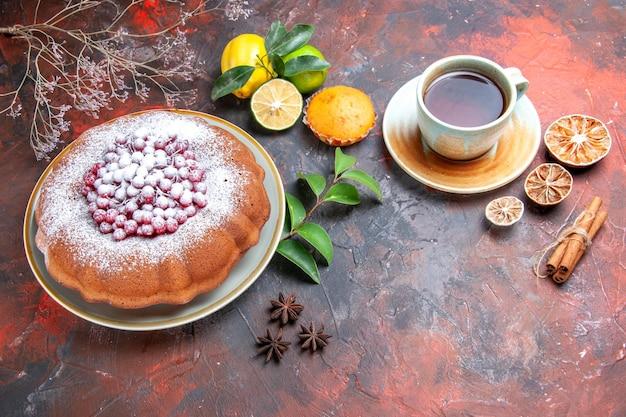 Vista lateral bolo um bolo anis estrelado frutas cítricas cupcake canela em pau uma xícara de chá