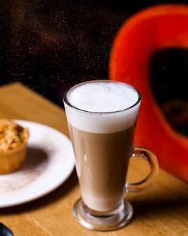 Vista lateral café com leite com sobremesa