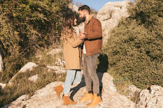 Vista lateral casal dançando na natureza
