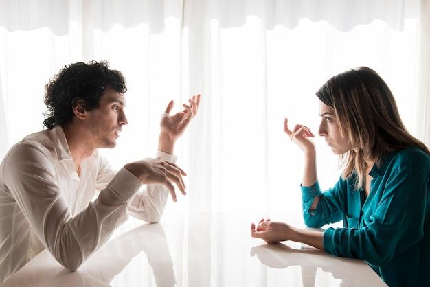Vista lateral casal discutindo