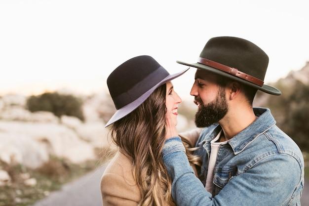 Vista lateral casal olhando um ao outro