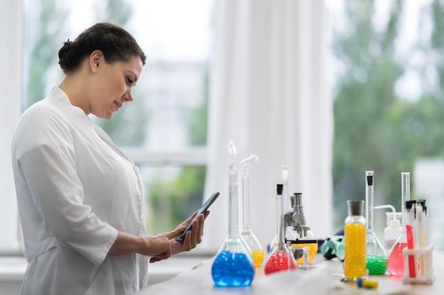 Vista lateral ciência mulher