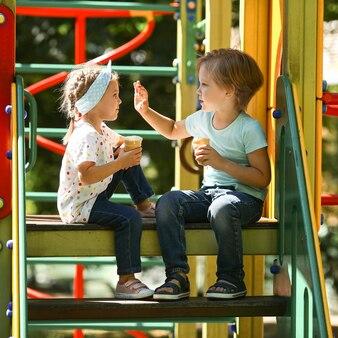 Vista lateral crianças brincando no parque