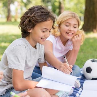Vista lateral crianças escrevendo