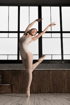 Vista lateral da bailarina a dançar