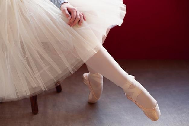 Vista lateral da bailarina com saia tutu e sapatilhas de ponta