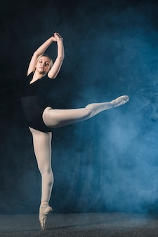 Vista lateral da bailarina dançando