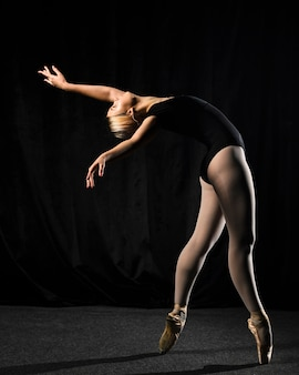 Vista lateral da bailarina em collant com espaço de cópia