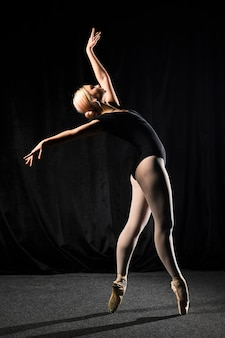 Vista lateral da bailarina em collant