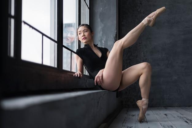 Vista lateral da bailarina em posando de collant