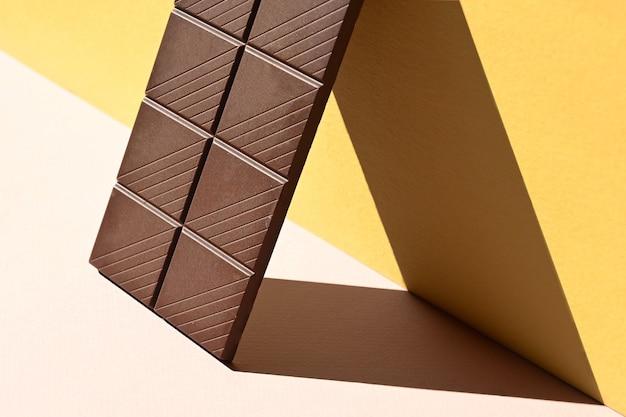 Vista lateral da barra de chocolate amargo com tonalidade forte, conceito criativo
