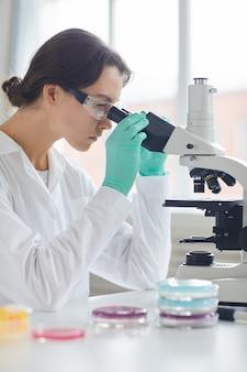 Vista lateral da bela cientista feminina
