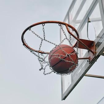 Vista lateral da cesta com bola