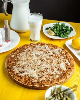 Vista lateral da cozinha turca tradicional lahmacun com queijo picado e limão