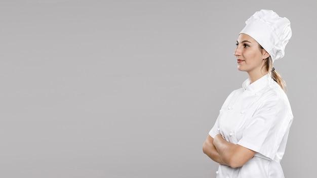 Vista lateral da cozinheira feminina com espaço de cópia