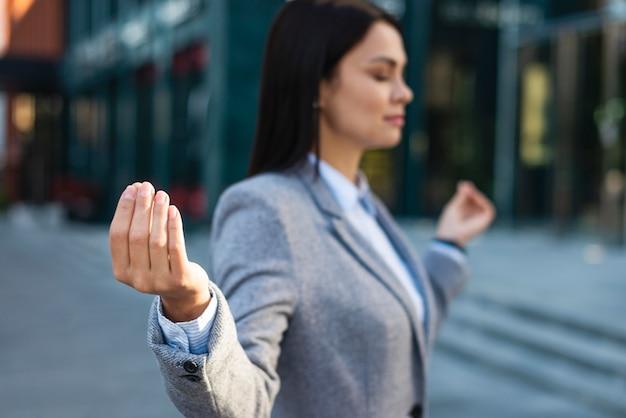 Vista lateral da empresária em pose zen