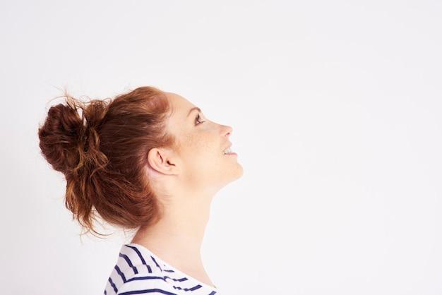 Vista lateral da foto do rosto de uma mulher