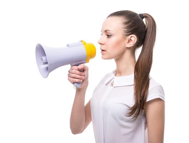 Vista lateral da jovem fala em um megafone.