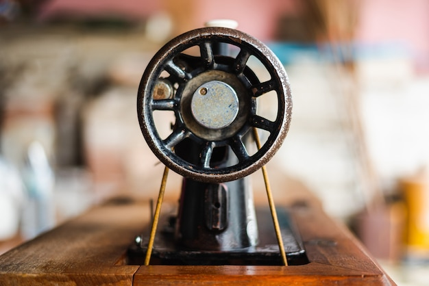 Vista lateral da máquina de costura vintage antiga.