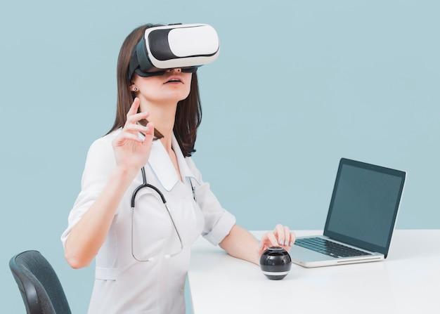 Vista lateral da médica com estetoscópio e fone de ouvido de realidade virtual