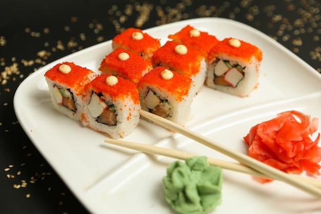 Vista lateral da mistura de wasabi gengibre caranguejo salmão maki