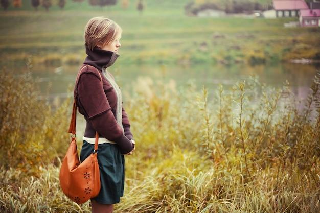 Vista lateral da mulher admirando a natureza
