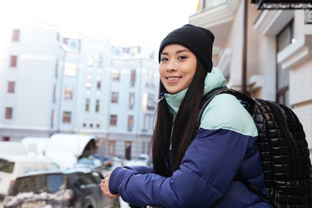 Vista lateral da mulher asiática em roupas quentes