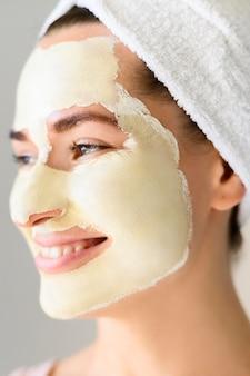 Vista lateral da mulher bonita vestindo máscara facial