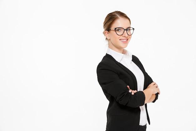 Vista lateral da mulher de negócios loira sorridente em óculos
